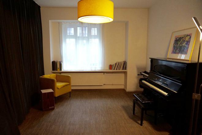 Heller Raum Mit Klavier Bei Musikplus In Charlottenburg Pianome